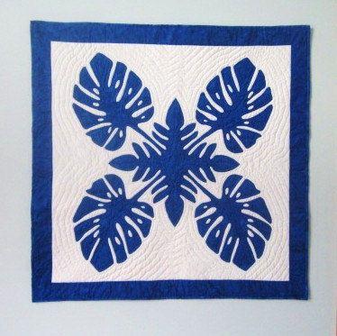 Applique tradicional azul y blanco del edredón hawaiano  Este edredón mide 36 cuadrados y es un patrón de applique tradicional hawaiano. Es mano appliqued y mano acolchada en un diseño que se hace eco el adorno de centro de la hoja. El azul es un batik solid-ish All-Over y el fondo y el respaldo son una impresión en blanco que tiene maravillosos círculos concéntricos. El total de horas involucradas en la fabricación de este tejido es superior a 60!!  Yo estaba inspirado en un reciente viaje…