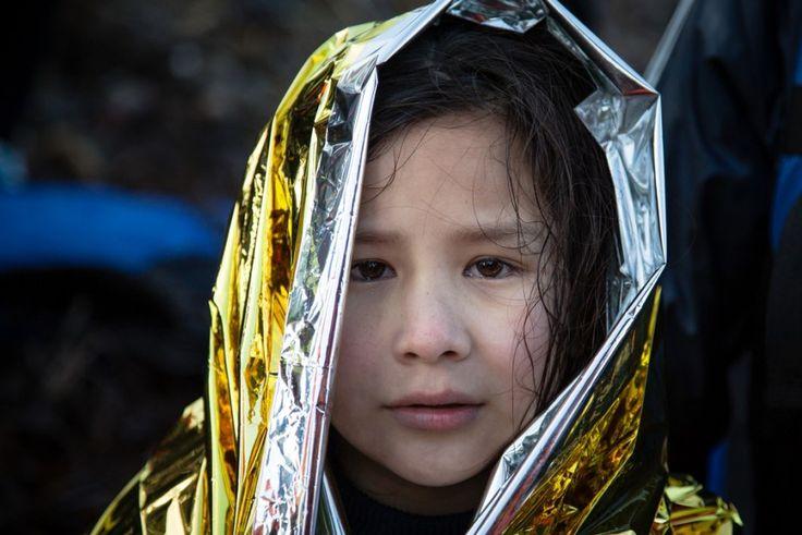 Δεκέμβριος 2015: Μέσα στο 2015, περισσότεροι από 800.000 πρόσφυγες διέσχισαν το Αιγαίο για να βρουν καταφύγιο στην Ευρώπη. Οι περισσότεροι προέρχονται από εμπόλεμες χώρες. Το ταξίδι τους είναι δύσκολο και επικίνδυνο, κυρίως το χειμώνα που οι θερμοκρασίες είναι ιδιαίτερα χαμηλές. Ένα από τα απαραίτητα εργαλεία των ομάδων των Γιατρών Χωρίς Σύνορα που διενεργούν επιχειρήσεις διάσωσης στο Αιγαίο σε συνεργασία με την Greenpeace, είναι οι ισοθερμικές κουβέρτες, καθώς πολλοί από τους διασωθέντες…