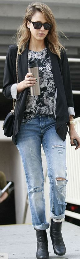 Who made  Jessica Alba's black handbag, blazer, chain handbag, gold jewelry, and ankle boots?