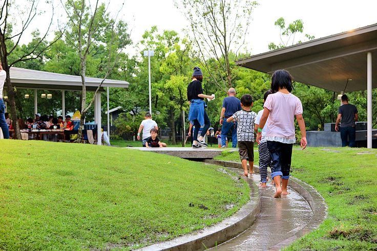 2015年9月7日(月)こんにちは。昨日の定休日は、4家族でバーベキュー。大阪・舞洲にある「森とリルのBBQフィールド」へ行ってきました。ここを利用させていただくのは2回目。全天候型で400席を超える屋根付きバーベキューフィールド。潮風が抜けるので快適、屋根があるから日焼けも最小限、さらには食材も全て用意いただける(持ち込みも可)ということで女性陣からも大人気。生憎の天候でしたが、不思議とBBQをする時間帯だけ雨が上がり、子供たちは大喜び。ガーデン内を駆け回り、水遊びでビッチャビチャ(笑)なんだかんだで燃え尽きて帰ってきました。年内、もう1回は出掛けたい!それくらい我が家が気に入っているスポットです(^^ ◆森とリルのBBQフィールド http://www.lodge-maishima.com/bbq  それでは、今日も皆様にとって良い1日になりますように☆ 【加古川・藤井質店】http://www.pawn-fujii.jp/