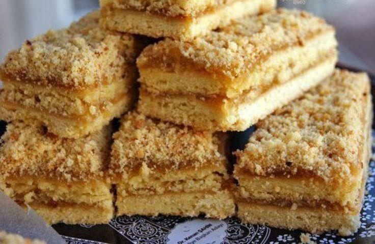 """Acestă prăjitură cu dulceață de mere este un deliciu inegalabil, ce amintește de cele mai delicioase și unice dulciuri ale copilăriei. Presărat cu """"frumoase amintiri"""", acest desert este pur și simplu fantastic de savuros și aromat, extrem de fraged și gingaș. Unde mai pui că se și prepară foarte simplu și din cele mai banale …"""