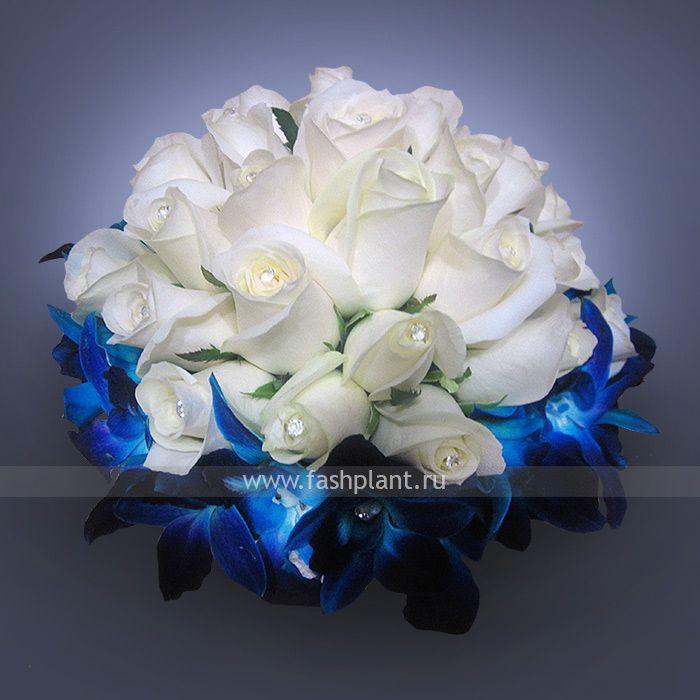 Свадебный букет из белых роз и синих орхидей