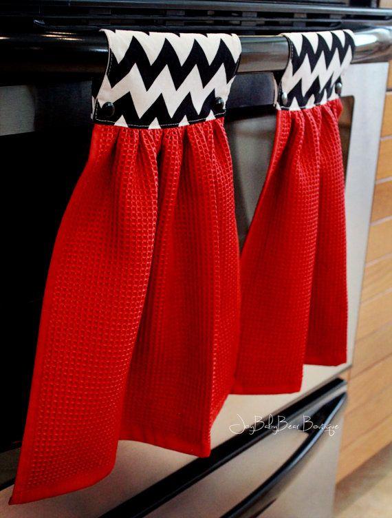 Cette liste est pour 2 identiques accrocher serviettes de cuisine. Doté dun chevron rouge main de serviette et noir et blanc. Ajoutez du piquant à