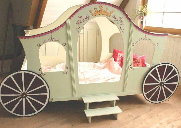 Ein Kinderbett als Prinzessinnenkutsche.    Matratzengröße: 90 x 200 cm    Das Bett ist ein  Einzelstück, handbemalt mit spielzeuggeprüften, geruch...