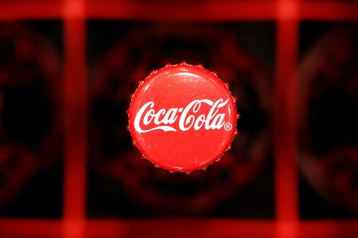 """Weltbekannt:  Die rote Farbe des Coca-Cola-Schriftzugs soll auf die gleichfarbigen Fässer zurückgehen, in die die Brause Ende des 19. Jahrhunderts abgefüllt wurde. Die geschwungene Schrift war eine Idee von Frank M. Robinson, der für Coca-Cola-Gründer John Stith Pemberton als Buchhalter arbeitete. Robinson meinte, die Schnörkel seien """"gut für die Werbung"""". Womit er absolut recht hatte."""