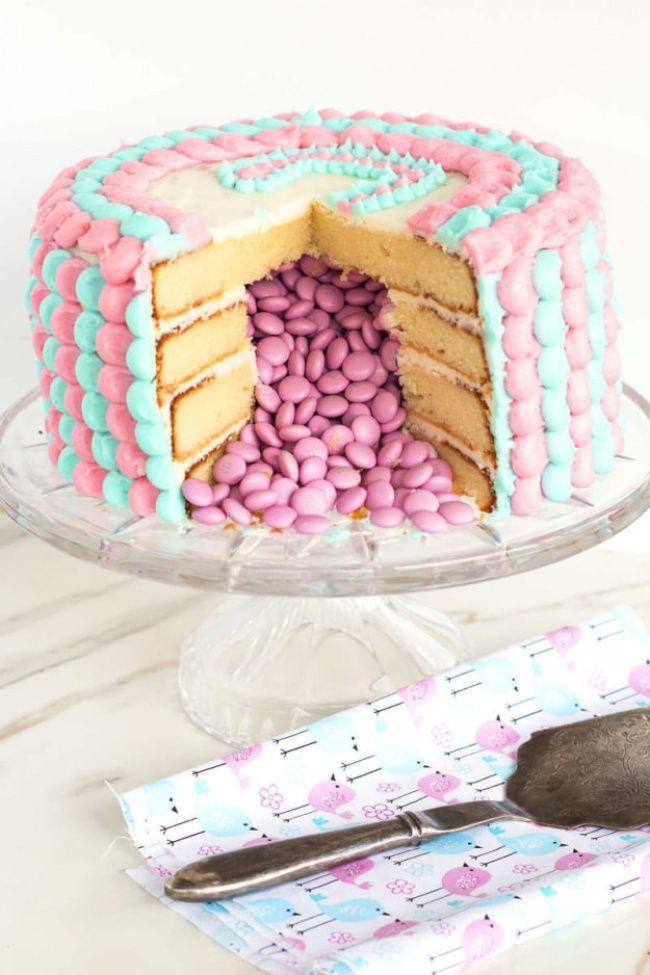 Торт с сюрпризом / Рецепты / ВТОРАЯ УЛИЦА. Такой «сюрприз» делается на этапе сборки коржей — нижний и верхний не трогаем, а в остальных делаем круглое отверстие (например, по диаметру кружки вырезаем).