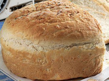 Plaasbrood. Dit is 'n basiese witbroodresep dié en sy geheim is om die deeg baie goed in 'n broodmenger te knie. 'n Voedselverwerker werk net so goed.