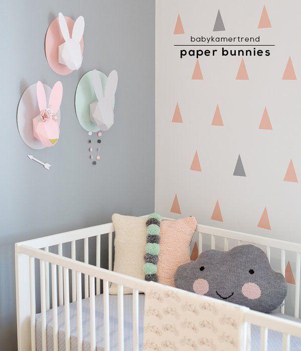 Hoewel de onze al helemaal af is, trekken mooie plaatjes van babykamers meteen mijn aandacht. Nu kwam ik dit zoete interieur tegen van illustratrice Chloé Fleury, die op haar blog foto's deelt van haar eigen nursery. Hoé leuk zijn die papieren bunnies aan de muur! En ze verkoopt ze ook nog, kant...