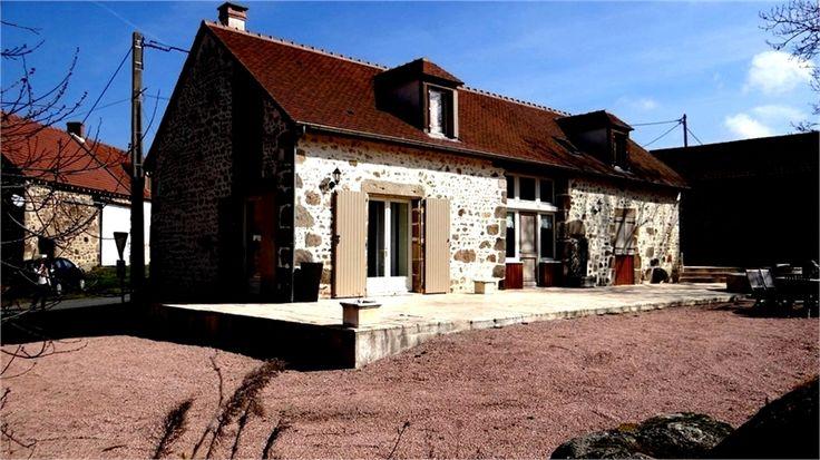 Charmante et authentique maison en pierre à vendre chez Capifrance à Montmarault.    > 146 m², 5 pièces dont 3 chambres et un terrain de 1228 m².    Plus d'infos > Claude Guillet, conseiller immobilier Capifrance.