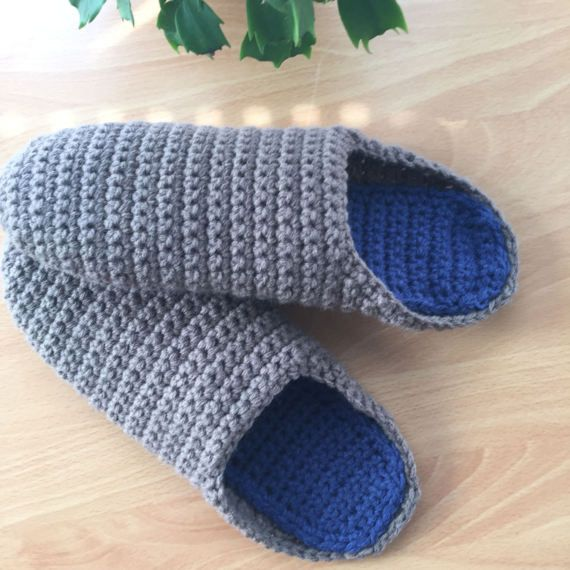 This listing is for one pair of perfect house slippers. ♥ Item will be made especially for you, so please check my Shop Policies or contact me to see the current waiting time ♥ 100% acrylic yarn, machine washable ♥ Please include in the comments which colour for the main body of the