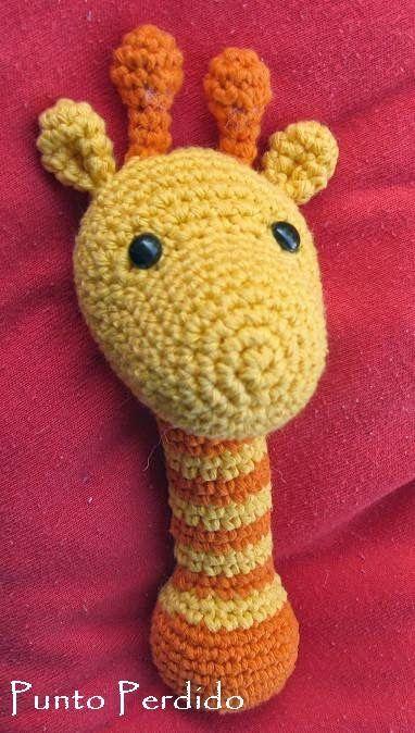 En base al patrón de la jirafa títere de dedo tejí este hermoso sonajero (perdón que lo diga yo, pero me quedó muy lindo).   En lugar de ut...