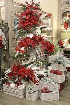 Cualquier caja de madera con algunos adornos navideños puede convertirse en una hermosa pieza decorativa.Coloca en su interior velas, adornos, esferas, velas y figuras de Navidad y úsalas como mesa de centro,regalos, para colocar un nacimiento o para decorarlas con los elementos navideños que tengas a mano. Puedes dejarlas al natural o pintarlas en los …