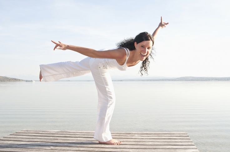 6 - Infine piega il ginocchio destro, sposta il peso in avanti e solleva la gamba sinistra all'altezza del gluteo, tendendola indietro.  Allunga anche le braccia ai lati del capo.  Quindi, prova a distendere la gamba in appoggio.  Dopo 3-5 respiri, torna lentamente in posizione eretta.  Ripeti la sequenza dal primo esercizio, invertendo le gambe.  Per 3-5 volte.