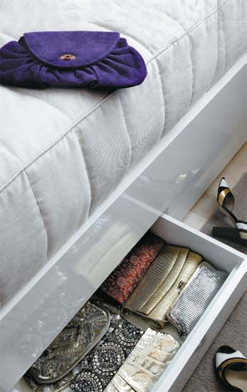 Bolsas em ordem: sob a cama de hóspedes, gavetas com 18 cm de profundidade acomodam as bolsas e carteiras da moradora. Com tudo organizado, fica mais fácil escolher os acessórios na hora da festa. Projeto de Carla Basiches.