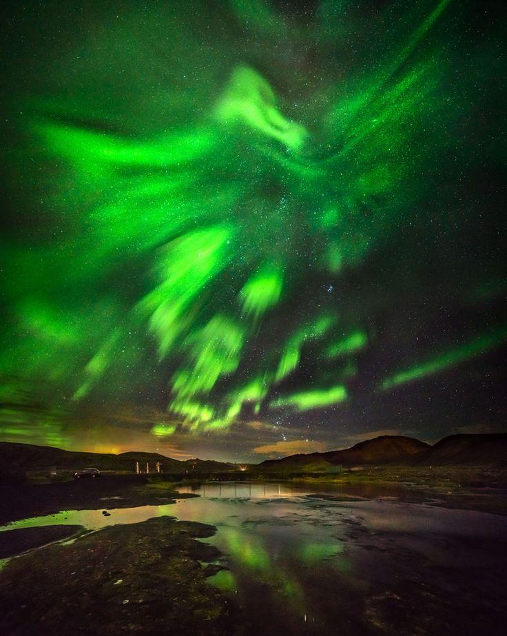 不死鳥が飛び立っていくようなオーロラ、アイスランドに出現(画像集)