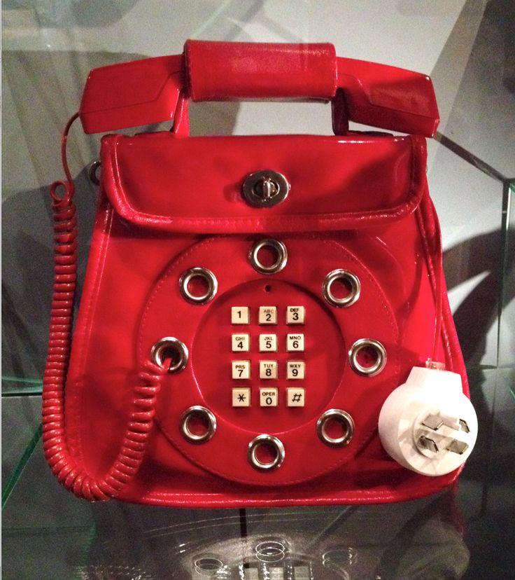 Deze tas bevat een echt werkende telefoon! (wel een aansluiting nodig om de stekker in te stoppen)