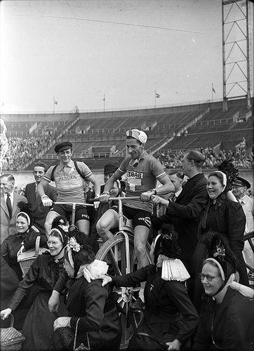 07-08-1954_12562B Start Tour de France by IISG, via Flickr  Losserse boerinnen in klederdracht bij de start van de Tour de France, Olympisch Stadion, Amterdam. 8 juli 1954  Foto Ben van Meerendonk / AHF, collectie IISG, Amsterdam #Overijssel #Twente #Saksen