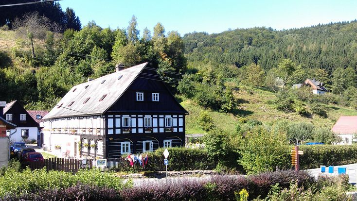 Monumentaal, charmant pension met 11 slaapkamers, 5 badkamers, grote, mooie tuin en naastgelegen vrijstaand huis te koop, nabij Liberec, Tsjechie.