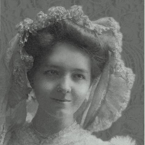 Anya és múzsa .  A képen Jablonczay Lenke, Szabó Magda édesanyja látható, akinek az írónő egy egész regény jelentős részét szentelte. Jablonczay Lenke 1884-ben született Füzesgyarmaton.