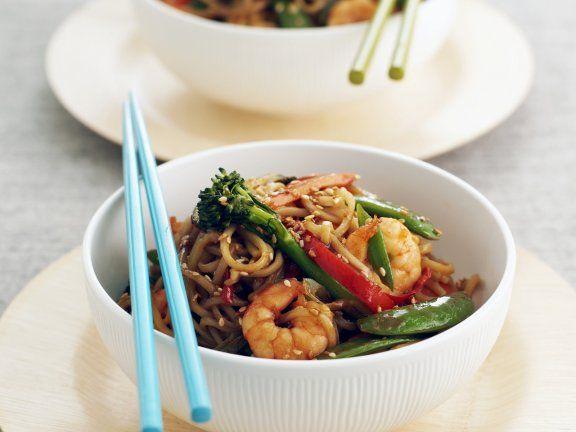 Rezept: Asiatische Nudelpfanne mit Garnelen und Gemüse