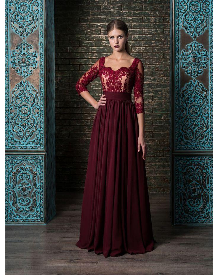 Elegantné dlhé šifónové večerné šaty s rukávmi zdobené čipkou. Priehliadný chrbát s gombíkovým zapínaním.