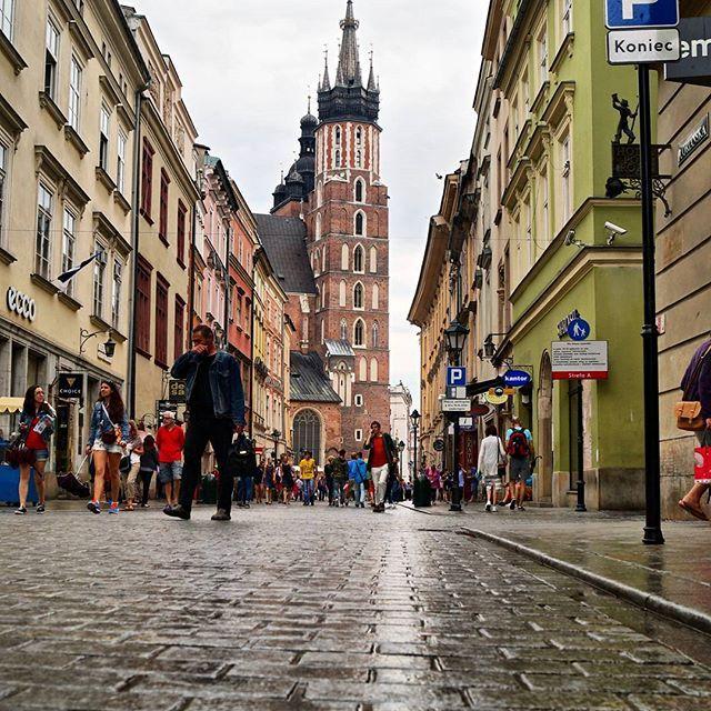 Kościół Mariacki w deszczowy dzień!   #igerspoland #igerskrakow #krakow #rainy #ig_architecture #kamieniczki #lubiepolske #super_polska #typ_krakow #ig_europe #architecture #pocztowkazpolski #polskajestpiekna #cbviews #city