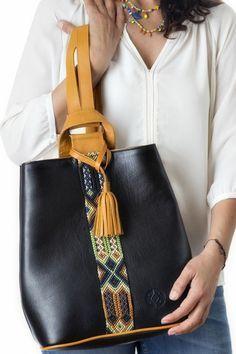 sac à dos femme tendance en noir avec une bande décorative style bracelet brésilien et bandes épaules en couleur moutarde