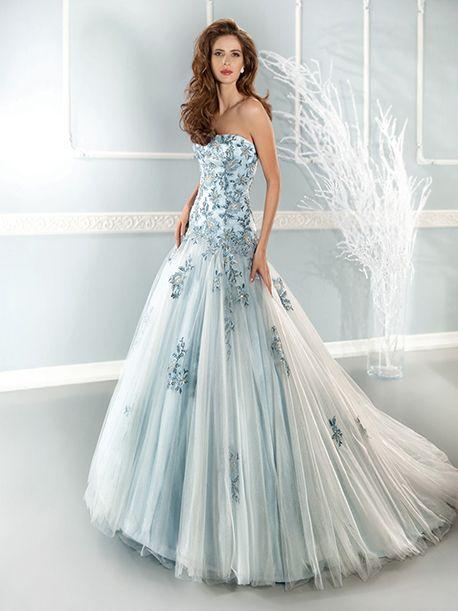 Trouwjurk van het merk Cosmobella. Deze jurk krijgt haar sprookjesachtige look door de babyblauwe voering in de rok en de ivoorkleurige tule die eroverheen valt. De top is afgezet met prachtige, blauwe kanten applicaties.