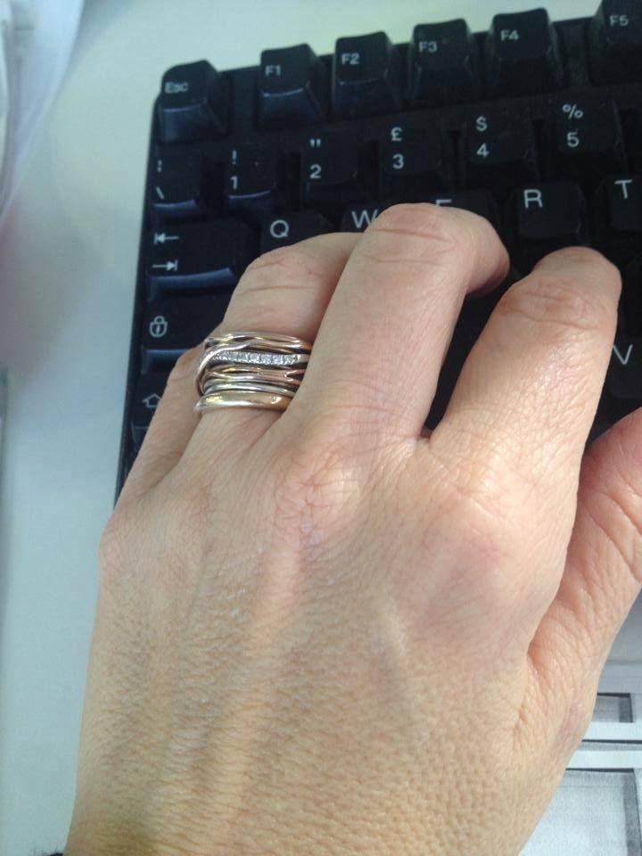 In ufficio con il mio Filodellavita, che allieta le giornate ed è sempre con me. Wearing my ring Filodellavita, every day, every morning at office. www.filodellavita.com