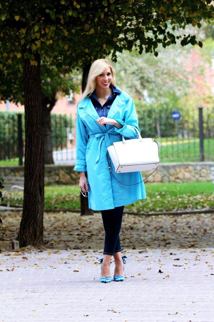 Zapato de tacón y destalonado,horma en punta,detalle de lazo en la tira trasera, material satén con estampación de topos en turquesa con fondo azul eléctrico,interior de piel