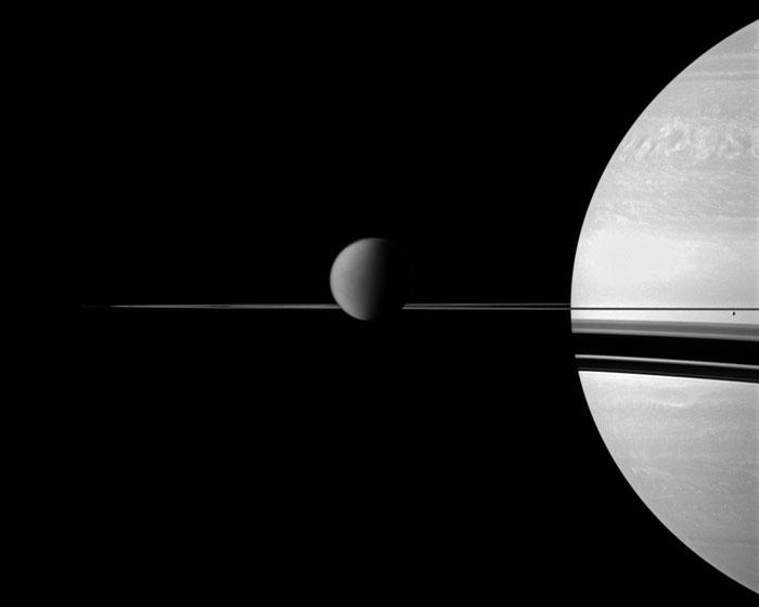 Titan ist mit Abstand der größte Mond Saturns, er stellt sogar den Planeten Merkur in den Schatten. Seine Methanflüsse verändern die Landschaft ganz ähnlich wie irdische Gewässer.  http://www.pro-physik.de/details/news/2339221/Fremde_Welten__gleiche_Erosion.html