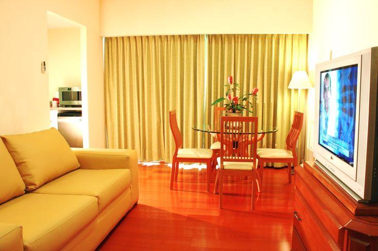 ¿Sabías qué? Contamos con 5 Suites Ejecutivas, las cuáles cuentan con una cama King Size, un sofá cama matrimonial, escritorio, sala de estar, microondas, frigobar completo, ente muchas cosas más que harán de tu próxima estancia una visita inolvidable en Puebla