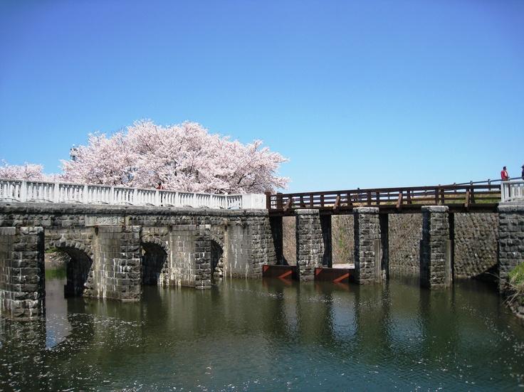 平成24年度土木学会選奨土木遺産  対象構造物:加治川運河水門、土砂吐水門(かじがわうんがすいもん、どしゃばきすいもん)  受賞理由:大正初期に治水対策として建設された分水路の水門で、当時の技術による美しい石造りと加治川の治水史を今に伝える貴重な土木遺産である。  支部:関東支部  所在地:新発田市真野原(加治川治水記念公園内)  竣工年/和暦(西暦):大正3年(1914年)