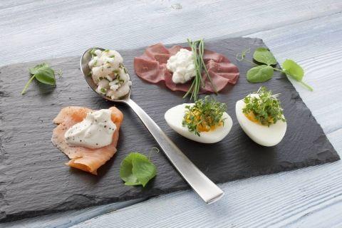 Tapas med bresaola, laks, rejer og æg. Proteinrig og varieret ret beregnet som aftensmad til Dukan Kurens fase 1, angrebsfasen.