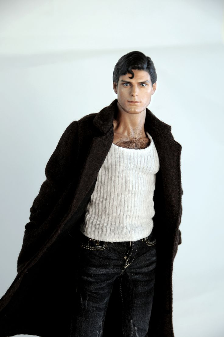 This is the Hot Toys Superman re-painted by Noel Cruz. You can see more of Noel's work at www.ncruz.com.
