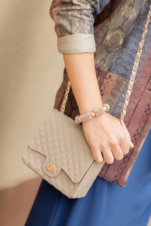 Street Style Floam  Blazer estampado de franela + vestido algodón + cartera de silicona + pulsera de silicona .... en Floam  Styling : Jennifer Flores