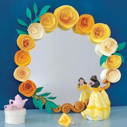 Avec du papier, décorez un miroir de roses délicates pour lui donner un air princier… À vos ciseaux !