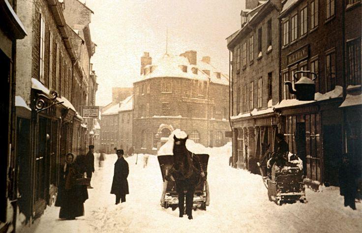 Déneigement à la pelle et au banneau dans la rue Saint-Jean après la tempête de Louis Prudent-Vallée vers 1870.