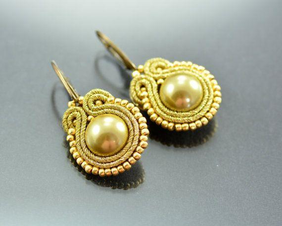 Small Gold Soutache Earrings Pirate's pearls  di OzdobyZiemi
