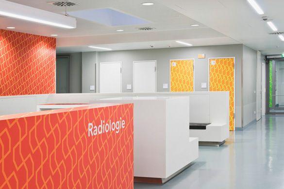 Offenbach_Hospital_transformar o ambiente, que normalmente se apresenta de forma fria, em um espaço mais agradável utilizando cores e padrões geométricos para melhor identificação dos setores do Hospital.