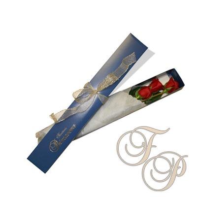 Arreglo personales en caja azul para tres rosas rojas envueltas en fino papel y agregado un coqueto lazo dorado.