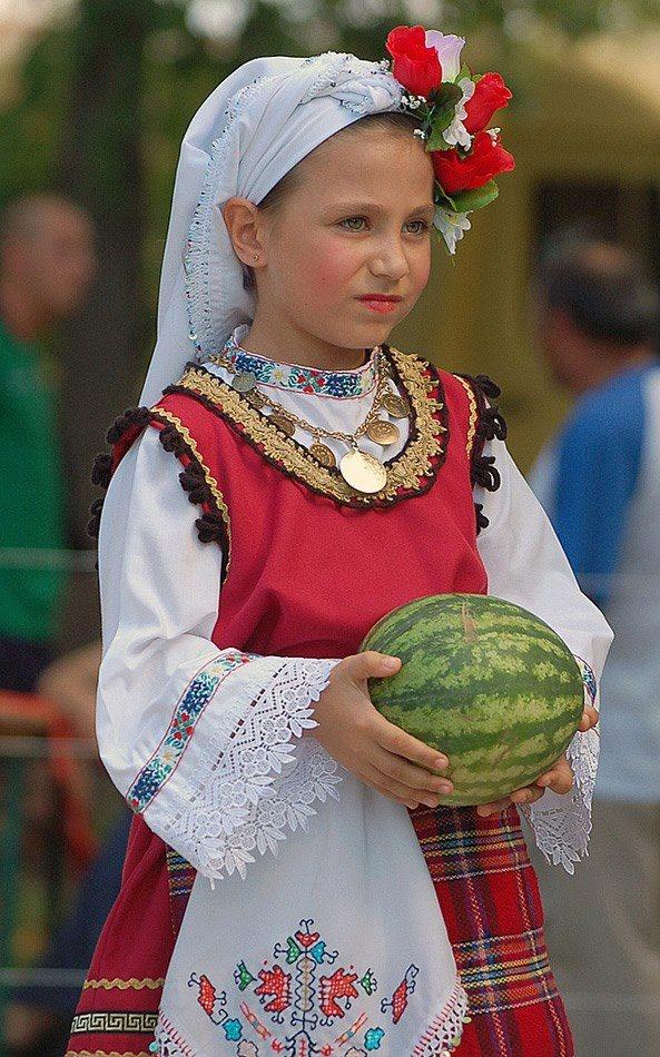 Ето ви една традиционна българска носия.....и една диня. Не съм сигурна дали дините, като цяло, са български, но знам, че тази диня специално, е с български   произход. Иначе, струва ми се, че носията е или шопска, или тракийска, или от Родопския край. А може да е и добруджанска. Не е типична за моя край, така че-няма откъде да знам каква е.
