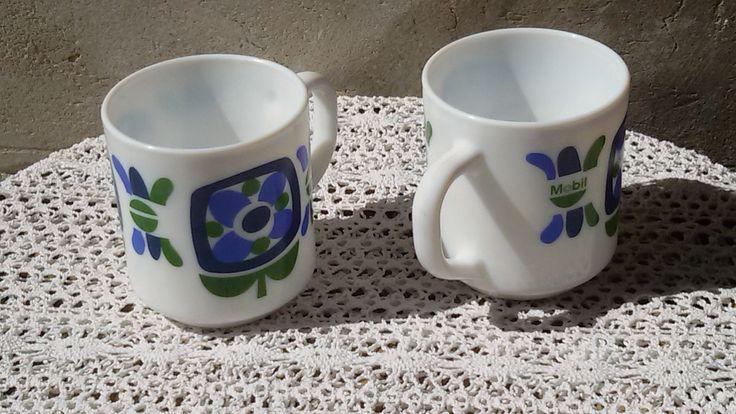 Français 70's / Deux mugs, tasses Mobil vert et bleu de la boutique…