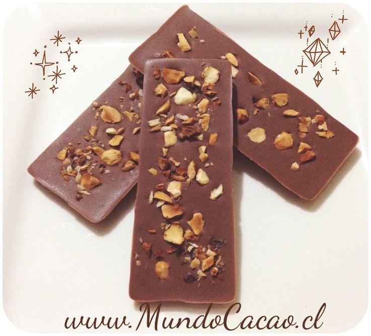 Barra de chocolate sin azúcar 32 % de cacao con avellana tostadas.