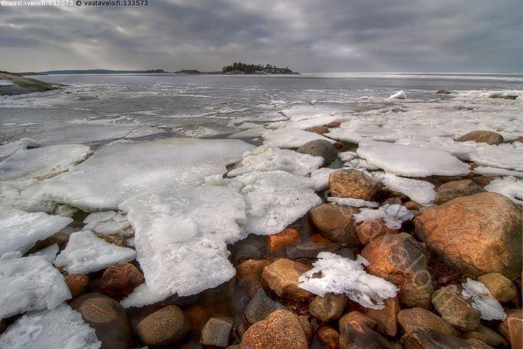 Jäidenlähtö - meri suomenlahti jää kevät sulaa jäiden lähtö jäidenlähtö ranta kivikko