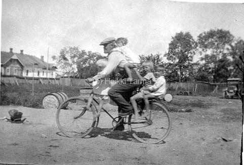 """Pyöräilyä / Cycling ... """"Janne Niemeläinen, Shellin Janne, oli lapsia rakastava mies ja hän ajelutti polkupyörällään pihan lapsia. Kuva Kirkkokatu 16 pihasta Joensuusta."""" - Finland"""