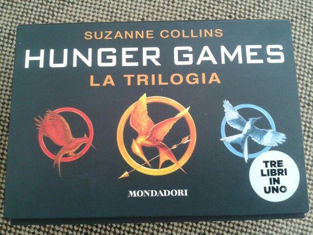 Trilogia di hunger games. Ho comprato l'edizione flipback per vedere se era comoda...il risultato e' stato che ho letto il libro in pochi giorni e praticamente ovunque!!