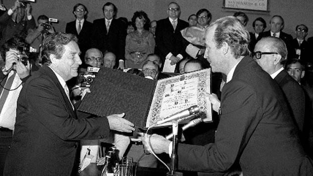 En 1981, el Rey Juan Carlos I de España entregó el premio de literatura 'Miguel de Cervantes' al poeta mexicano.