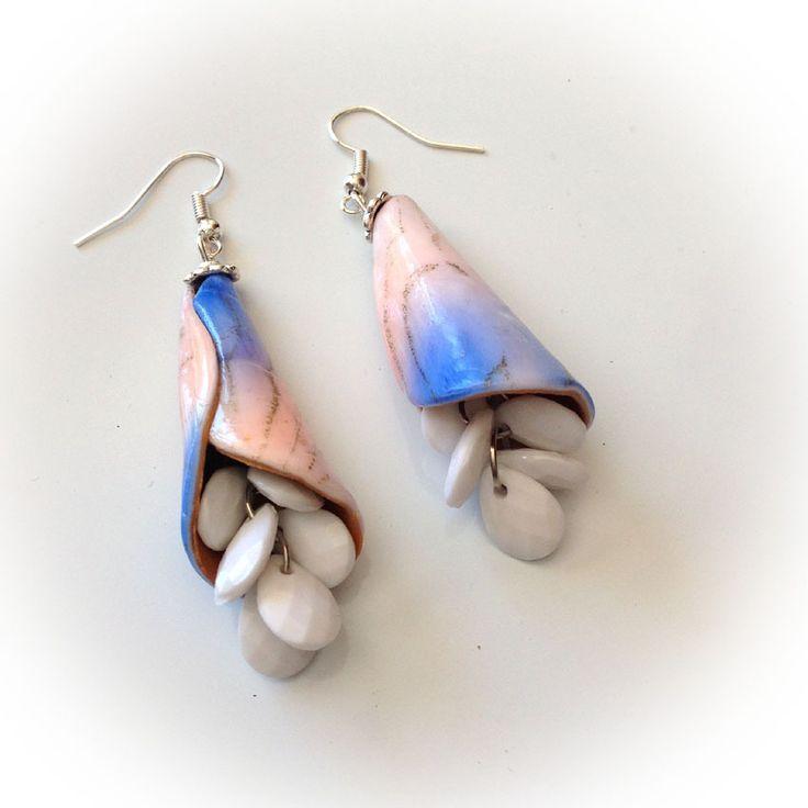 Boucles d'oreille, longues, corolles, tons pastels, grappes blanches : Boucles d'oreille par agape