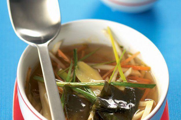 Japonská polévka miso s mořskou řasou wakame | Apetitonline.cz